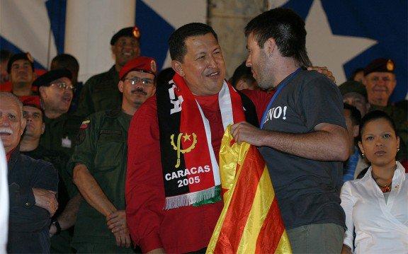 Hugo Chávez Frias amb una estelada